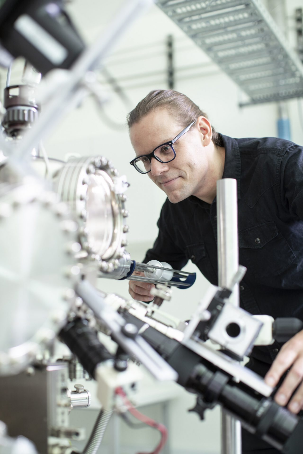 Lead author Ludwik Kranz with a scanning tunnelling microscope used to precisely place and encapsulate phosphorus atoms in silicon Credit: CQC2T