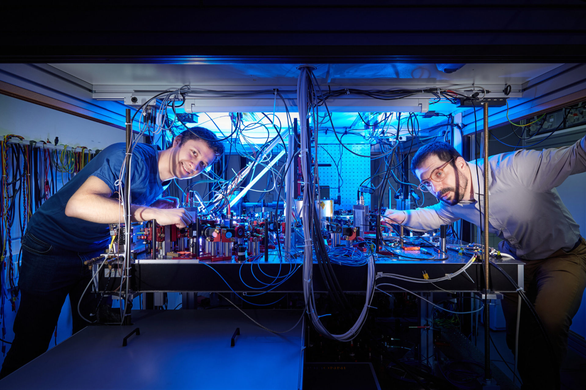 First author Manolo Rivera Lam (left) and principal investigator Dr. Andrea Alberti (right) at the Institute of Applied Physics at the University of Bonn. Credit: © Volker Lannert/Uni Bonn
